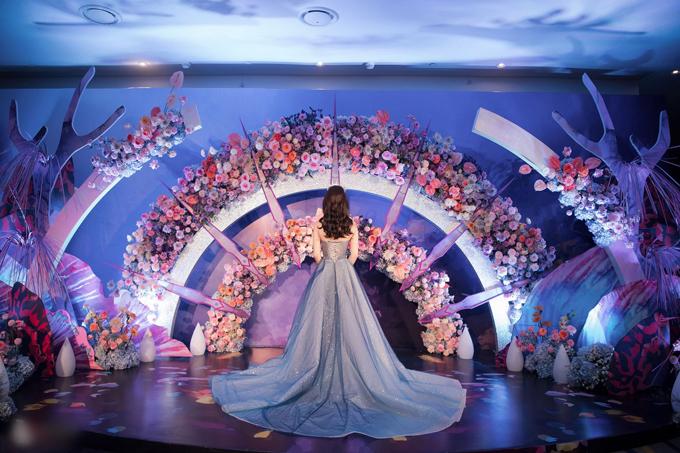 Theo NTK tiết lộ, váy có giá 200 triệu đồng, được sáng tạo riêng cho cô dâu để phù hợp với chủ đề tiệc đại dương, giúp Giang Lê hóa thân thành nàng tiên cá xinh đẹp.