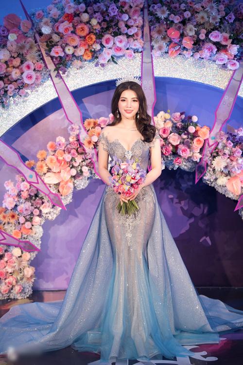 Chiếc váy đầu tiên mà Giang Lê diện là váy đuôi cá màu xanh ombre có phần đính kết tinh xảo, có tùngváy rời xòe rộng.