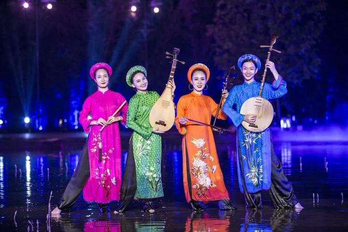 Một hoạt cảnh trong vở diễn có Bảo Thanh và Phùng Khánh Linh tham gia.