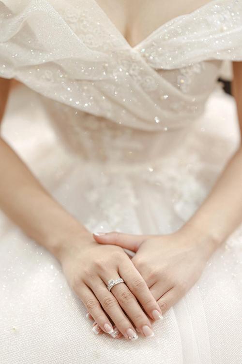 Trang phục & Ảnh: Calla Bridal.