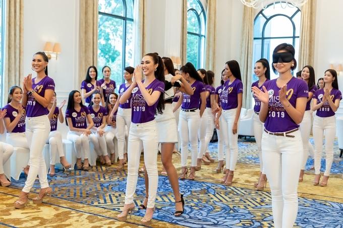 Với sự hướng dẫn của các huấn luyện viên, top 60 thí sinh được rèn luyện kỹ năng trình diễn vànhững dáng đi, dáng ngồi chuẩn hoa hậu.