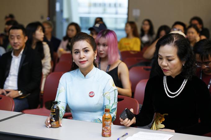 Bà Lê Hoàng Diệp Thảo (trái)ngồi cùng bà Ngô Phương Lannguyên cục trưởng Cục Điện ảnh, chủ tịch Hiệp hội Xúc tiến Phát triển Điện ảnh Việt Nam tại Liên Hoan phimQuốc tế Busan 2019.