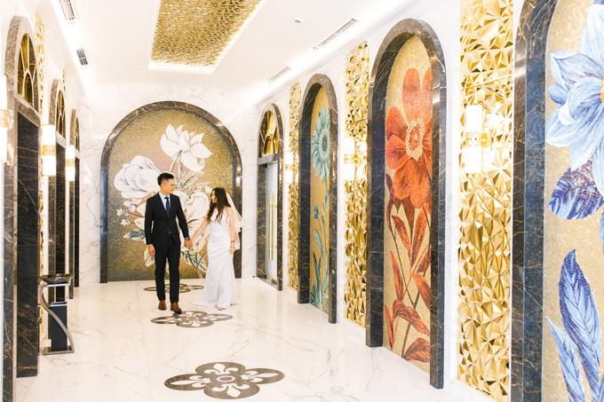 Bên cạnh không gian bên ngoài, phần phía trong tòa nhà cũng có thiết kếđộc đáo.Sảnh thang từ cửa Ruby và Sapphire lộng lẫy với 4 bức tranh được ghép bằng các viên đá màu đa sắc làm nên 4 bông hoa cỡ lớn có tên: Hồng Ngọc, Lam Ngọc, Lục Ngọc và Kim Cương. Tất cả hài hòa với các tấm phù điêu mạ vàng trên trần và tường thang, tạo nên một vòm sảnh tráng lệ, mang đến cho cô dâu - chú rể bộ ảnh