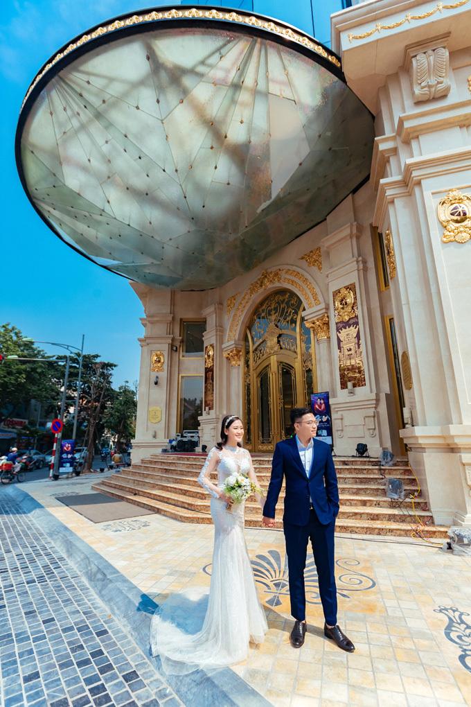 Tòa nhà DOJI Tower (tại số 5 Lê Duẩn, Hà Nội) vừa được khánh thành vào ngày 6/9. Đây là trụ sở chính của Tập đoàn DOJI,là một trung những trung tâm vàng bạc đá quý và trang sức lớn nhất tại Việt Nam. Kiến trúc ấn tượng tại đây thu hút nhiều cặp đôi tới chụp ảnh check-in hay thực hiện bộ ảnh cưới, ghi lại những khoảnh khắc ngọt ngào bên nhau.