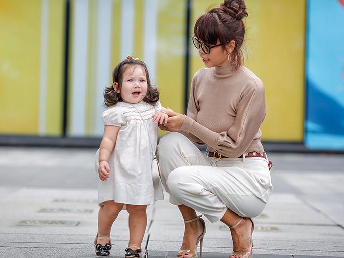 Cô bé được yêu thích bởi biểu cảm dễ thương, nhí nhảnh mỗi khi xuất hiện cùng bố mẹ.