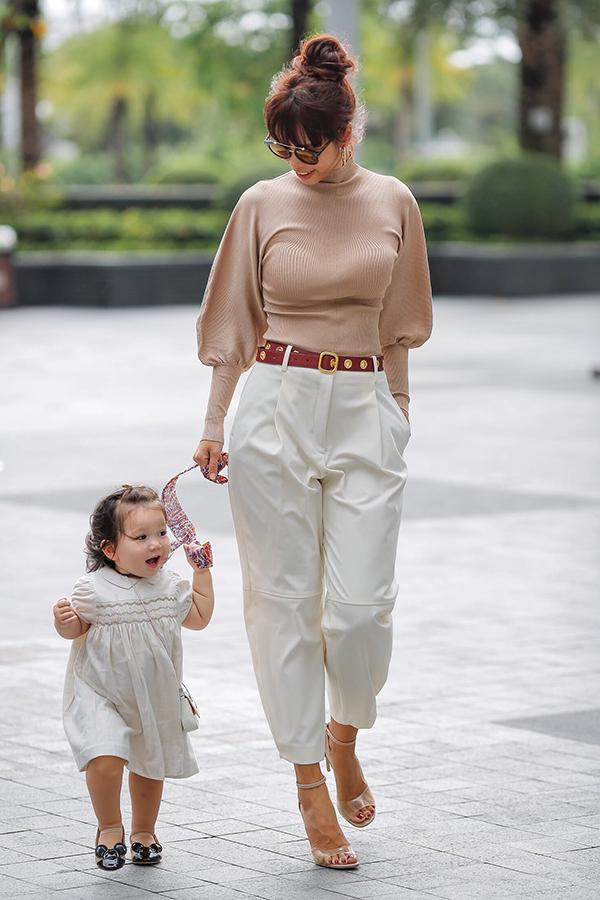 Mylađược bà mẹ siêu mẫu chăm chút rất kỹ chuyện ăn mặc. Hà Anh thường cho con gái diện đồ ton sur ton với mình.