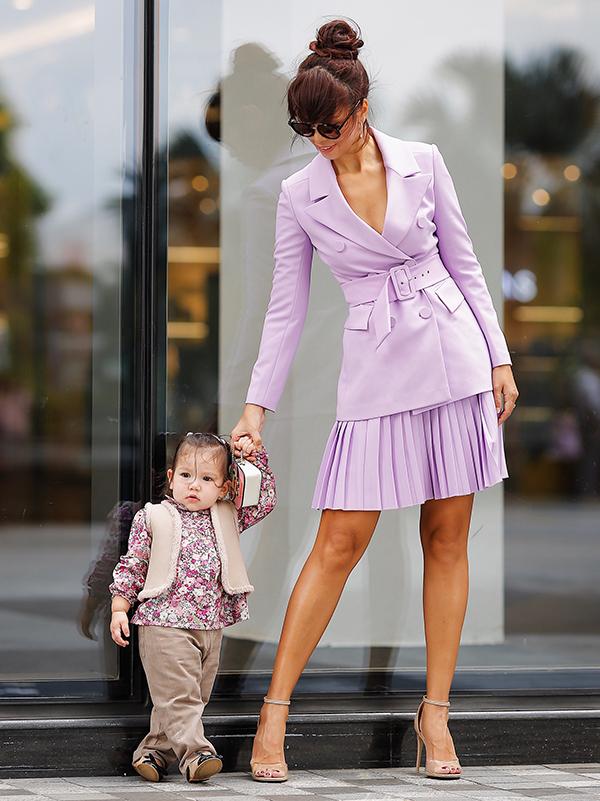 Được mẹ cho đi du lịch và theo đến các sự kiện từ nhỏ nên Myla tỏ ra rất dạn dĩ. Cô bé thỉnh thoảng xuất hiện cùng mẹ trong các bộ ảnh thời trang.