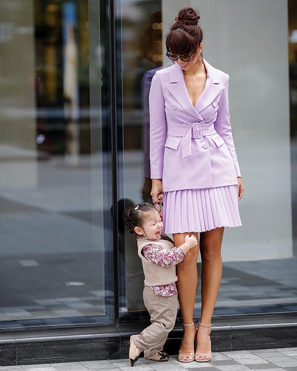 Màuhọa tiết trên váy áo của Myla thường đồng điệu với trang phục của mẹ.