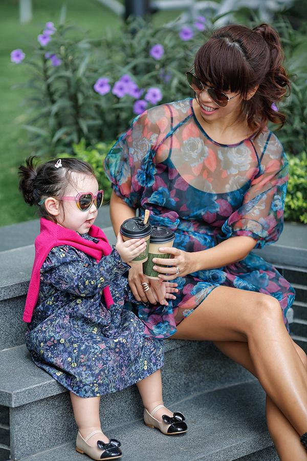 Những phụ kiện như kính râm, áo len choàng vai khiến Myla trông sành điệu hơn.