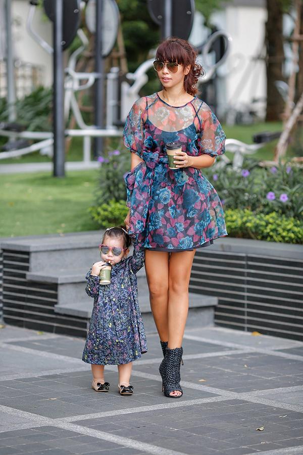 Khi diện váy hoa, Hà Anh kết hợp với boot cổ thấp sành điệu còn bé Myla phối với giày búp bê đáng yêu.