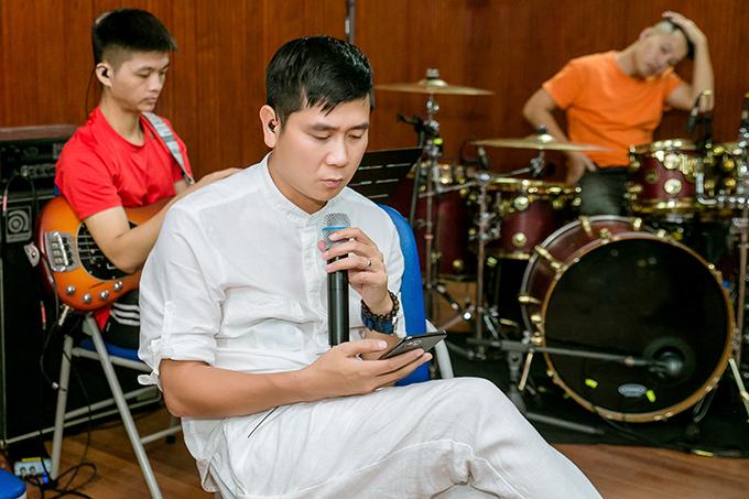 Là người anh thân thiết với Khắc Việt cả trong công việc lẫn đời thường nên dù rất bận rộn, Hồ Hoài Anh vẫn cố gắng thu xếp để nhận lời làm tổng đạo diễn của liveshow Gặp gỡ thanh xuân. Đây là chương trình kỷ niệm 10 năm ca hát của ca sĩ gốc Yên Bái.