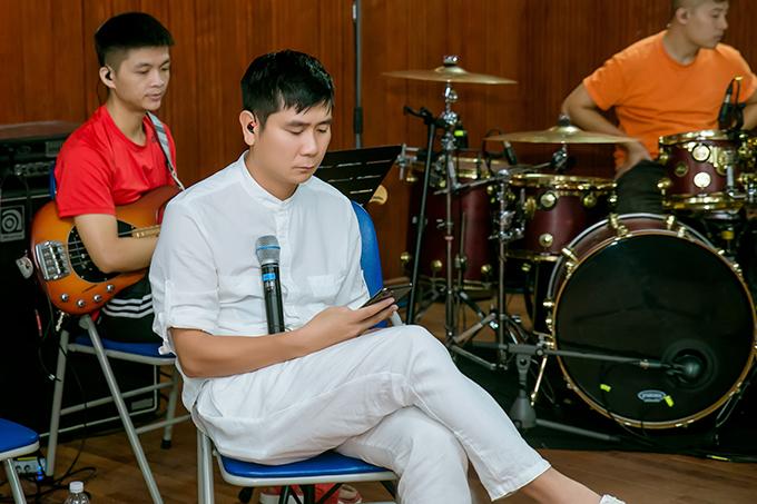 Tại buổi tập tối qua, Hồ Hoài Anh không muốn nhắc lại chuyện lùm xùm. Anh tập với ca sĩ đến 23h30 rồi di chuyển raĐại học Hà Nội để lắp ráp sân khấu.