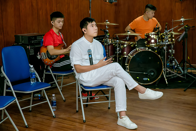 Hồ Hoài Anh là tổng đạo diễn của liveshow kỷ niệm 10 năm ca hát của ca sĩ Khắc Việt. Sau khi đáp chuyến bay từ Sài Gòn ra Hà Nội chiều tối qua, anh đến thẳng phòng tập để làm việc.