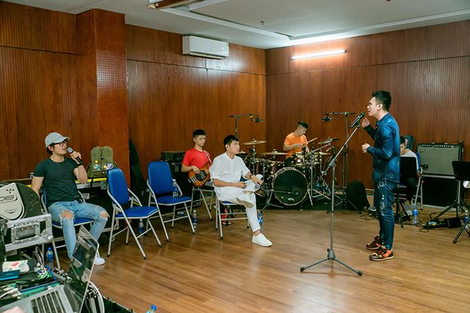 Có êkíp hỗ trợ mọi việc nhưng Khắc Việt vẫn lo lắng cho show diễn đến mức gầy đi trông thấy. Sau khi trở về từ chuyến lưu diễn châu Âu hôm 2/10, giọng caYêu lại từ đầu không nhận lời bất kỳ show diễn nào để tập trung cho việc luyện tập.