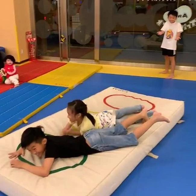 Vài ngày trước đó, hình ảnh các con của Trương Bá Chi tại một khu vui chơi trong nhà cũng được hé lộ, cậu bé Marcus cũng đã lọt vào ống kính máy ảnh. Em bé gần 1 tuổi bụ bẫm, trắng trẻo và đã bắt đầu chơi cùng các anh chị.