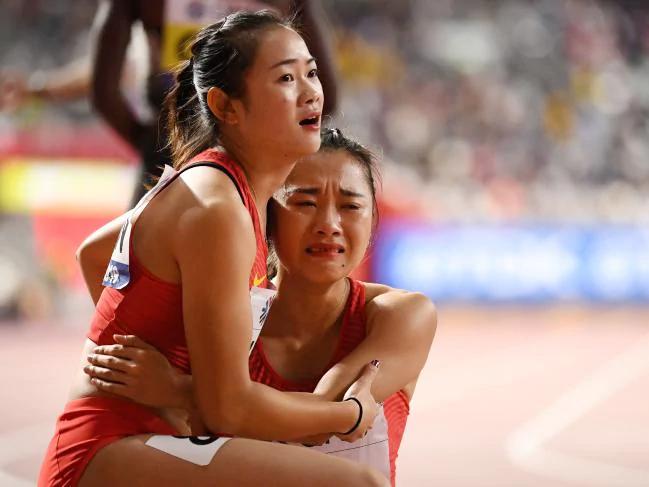 Đồng đội Liang Xiaojing an ủi Ge Manqi sau màn nước rút thảm họa.