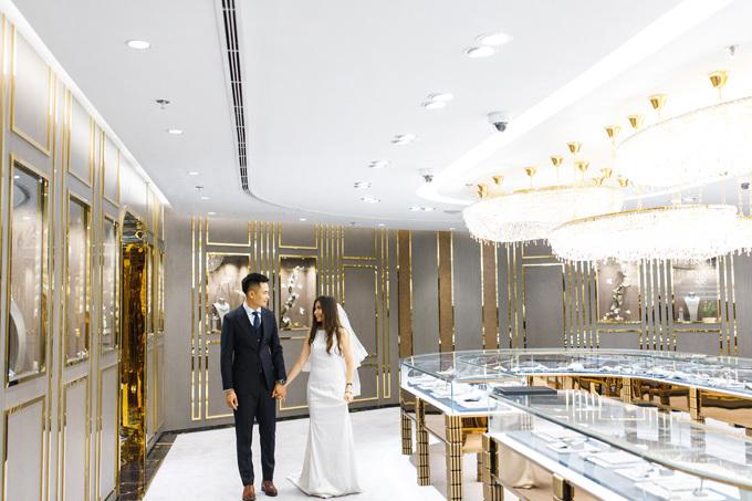 Các khu vực mua sắm trang sức đều có vẻ ngoàisang trọng nhưngthân thiện và hài hòa. Tòa nhà lấy màu vàng gold làm màu sắc chủ đạo, đây cũng là màu sắc thể hiện lĩnh vực hoạt động của Tập đoàn Vàng bạc Đá quý DOJI. Nhiều chi tiết trang trí trong tòa nhà được mạ, phủ bằng vàng 24K đắt giáchế tác bằng tay
