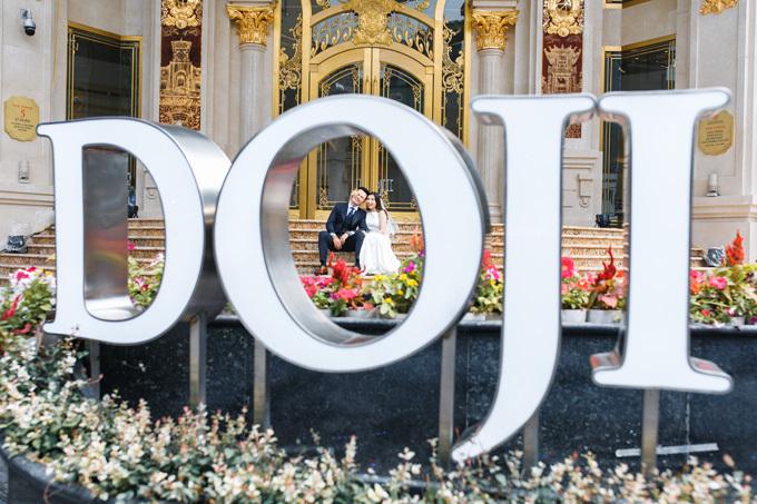 Dòng chữ DOJI phía ngoài tòa nhà lại mang nét hiện đại, cho các cặp đôi thỏa sức sáng tạo khi chụp ảnh.