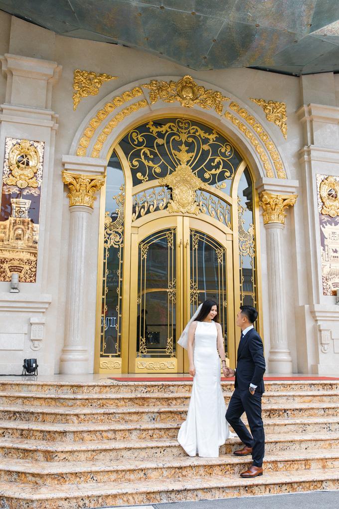 Lối cửa chính đi vào tòa nhà được thiết kế cầu kỳ, bề thế, mang phong cách châu Âu.Đặc biệt, hệ thống phào chỉ, hoa văn chi tiết bề ngoài mặt công trình đều được chế tác tỉ mỉ bằng tay bởi những nghệ nhân kim hoàn và gốm sứ bậc thầy, có chất liệu vàng 24K giá trị.