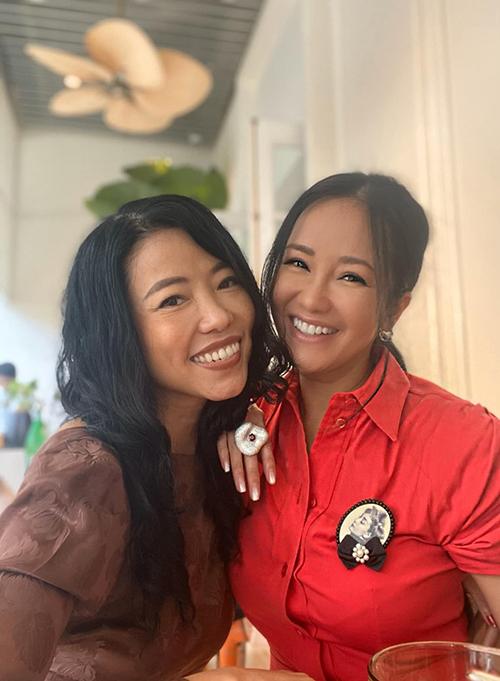 Ca sĩ Hồng Nhung cho biết đang cùng nhà thiết kế Hà Linh Thư âm mưu một trend rất tung hoành để ra mắt ngay ngày đầu tiên của năm 2020.