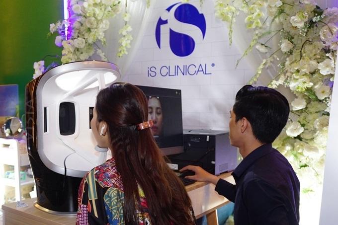 Kèm theo dịch vụ chụp và phân tích da miễn phí bằng công nghệ Visia thế hệ mới từ hãng Canfield (Mỹ), chị em nhận thấy các vấn đề da mình đang mắc phải ở bên trên lẫn bên dưới da mà mắt thường không nhìn thấy được. Từ đó, dễ dàng lựa chọn sản phẩm chăm sóc phù hợp.