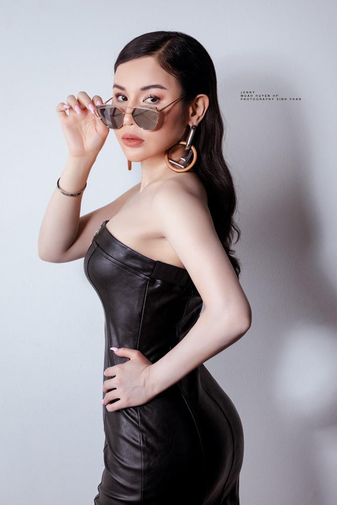 Bên cạnh đam mê nghệ thuật, làm mẫu ảnh, cô còn là bà chủ của hệ thống viện thẩm mỹ làm đẹp có chi nhánh tại Nam Califonia và quận 4 TP HCM.