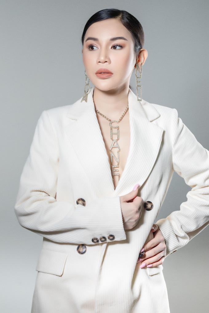 Hiện tại, hot mom Jenny Trần có một cuộc sống viên mãn tại Nam Califonia (Mỹ). Với mong muốn thực hiện tốt vai trò kinh doanh trong lĩnh vực làm đẹp, du lịch... thời gian rảnh, cô nhận lời thực hiện các bộ ảnh thời trang để làm mới mình và cũng để thỏa mãn đam mê thời trang.