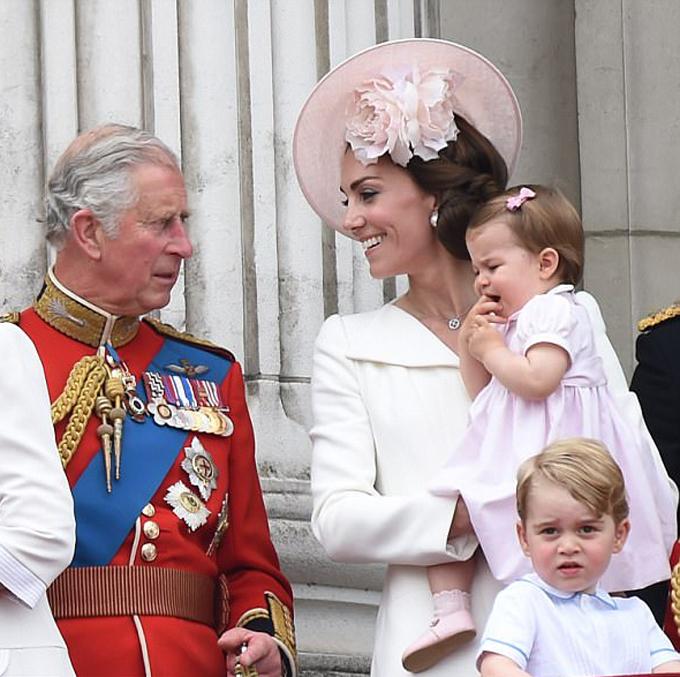 Thái tử Charles đứng trên ban công Điện Buckingham cùng con dâu và các cháu nội trong lễ diễu hành mừng sinh nhật Nữ hoàng năm 2017. Ảnh: PA.