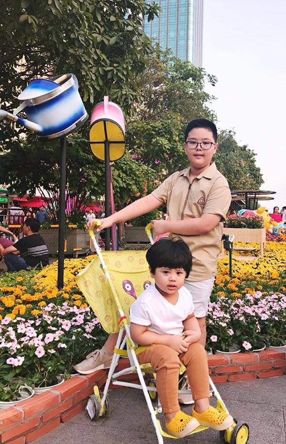 Bé lớn nhà Nam Khánh 11 tuổi, bắt đầu thể hiện dấu hiệu dậy thì, muốn khám phá mọi thứ và có bí mật riêng. Anh cố gắng làm bạn với con, chia sẻ mọi vấn đề, giải đáp những câu hỏi từ đơn giản đến nhạy cảm để bé nhận thức và phát triển đúng hướng.