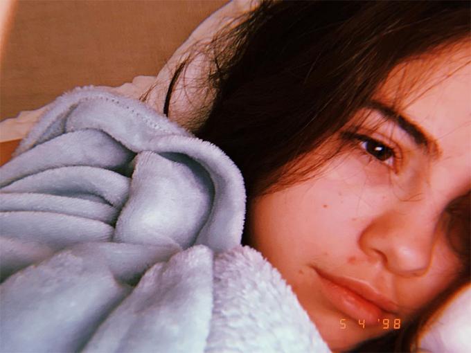 Selena đăng ảnh mặt mộc.