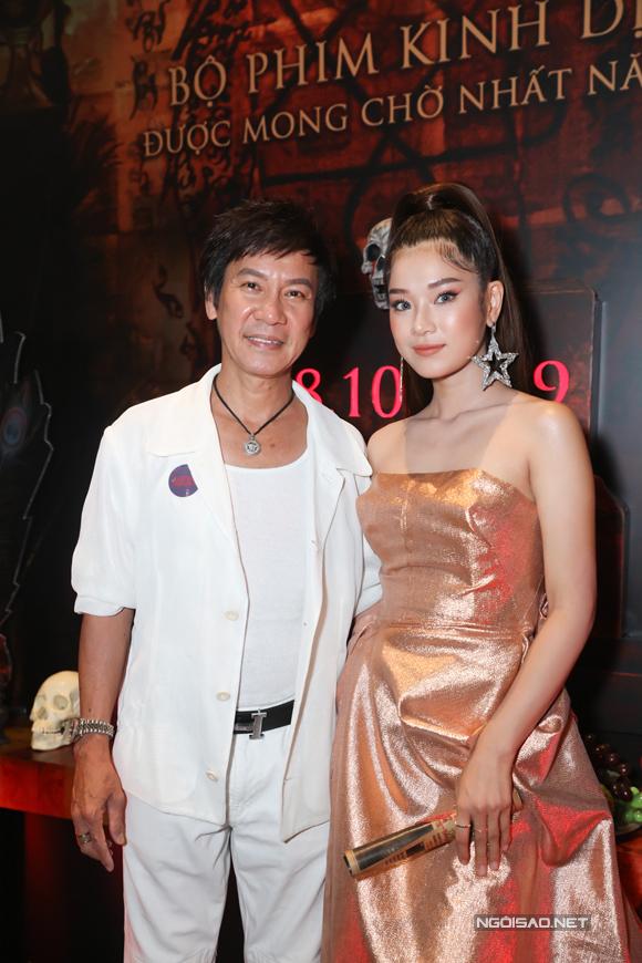 Hoàng Yến chụp cùng diễn viên Lê Huỳnh - người vào vai ba của Sỏi.
