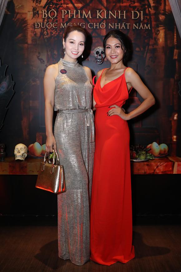 Nữ diễn viên ôm eo thân thiết với Đinh Y Nhung - một trong các diễn viên quan trọng của bộ phim.