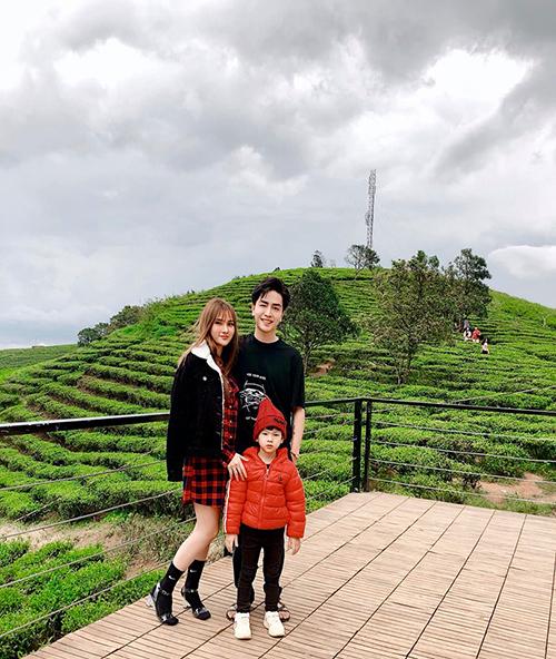 Thu Thủy hạnh phúc bên ông xã Kin Nguyễn và con trai trong chuyến du lịch Đà Lạt. Mẹ ruột và mẹ chồng nữ ca sĩ cũng có mặt trong chuyến đi này.