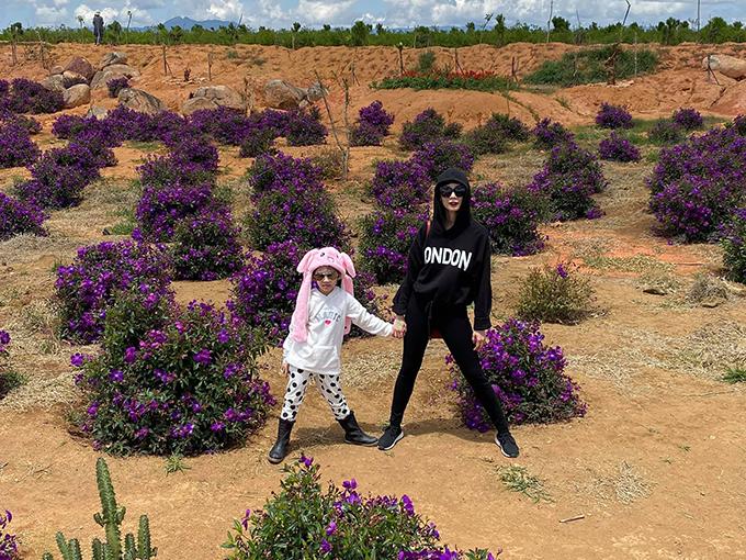 Siêu mẫu Xuân Lan và con gái tận hưởng tiết trời trong lành trong chuyến du lịch Đà Lạt. Cô chia sẻ: Bắt đầu hành trình đi vòng quanh thế giới của hai mẹ con. Hứa hẹn tương lai con sẽ sắc sảo hơn mẹ nhiều.