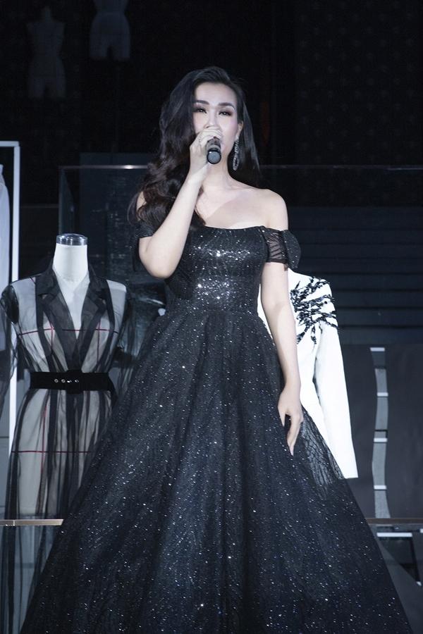Show diễn còn có sự tham gia trình diễn của ca sĩ Võ Hạ Trâm. Nữ ca sĩ thu hút sự chú ý khi thể hiện ca khúc Never Enough.