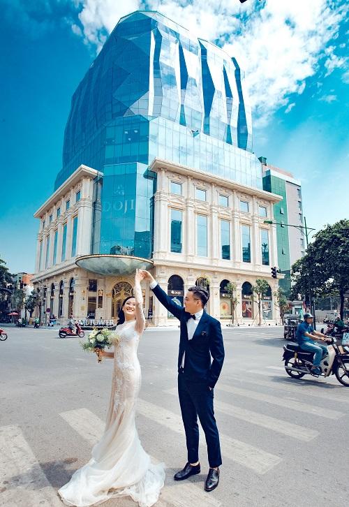 Phương Chi và Ngọc Tuấn đã chụp bộ ảnh cưới ngay tại ngã tư Lê Duẩn.