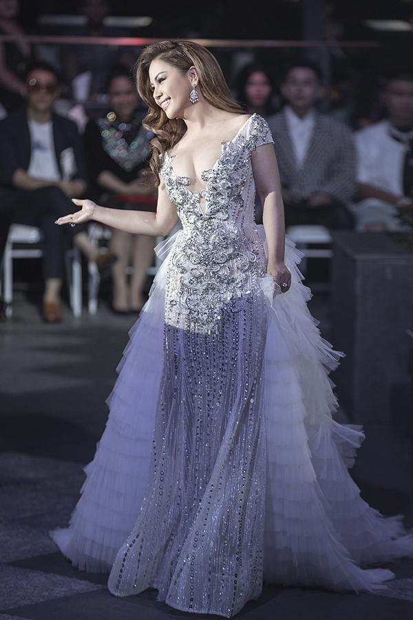Nữ ca sĩ diện thiết kế xẻ ngực gợi cảm, kết hợp phần tà sử dụng kỹ thuật layer cầu kỳ.