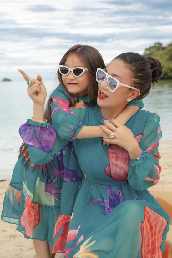 Fashionista Châu Lê Thu Hằng và con gái cùng làm mẫu ảnh để giúp hai nhà mốt giới thiệu những kiểu đầm tiện lợi khi đi du lịch, đi chơi và tham gia tiệc tùng.