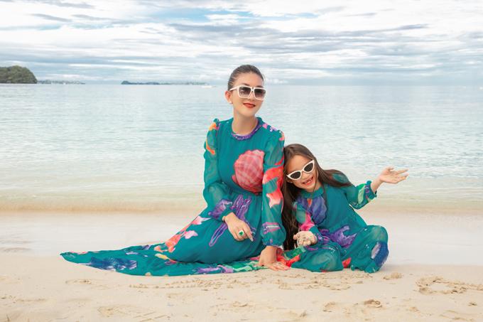 Trong bộ ảnh thực hiện tại đảo Palau, hai nhà mốt Việt trình làng các kiểu váy lụa mang lại sự thoải mái và duyên dáng cho phái đẹp sử dụng trong mùa thu.