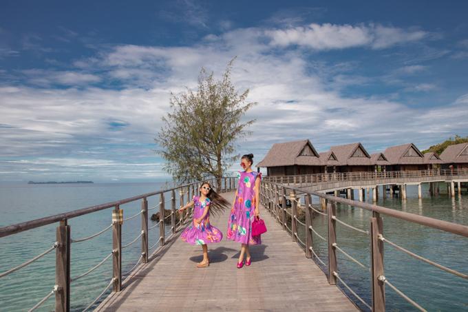 Trên tông thể sắc tím lãng mạn, hai nhà mốt bố trí nhiều tông màu bắt mắt qua hình ảnh nhiều loài cá nước mặn.