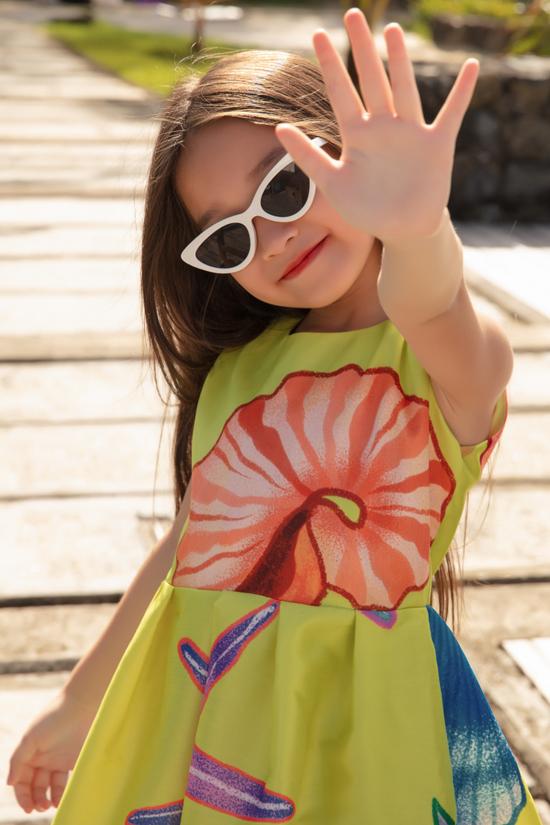 Váu xòe xinh xắn cho bé gái được trang trí họa tiết sinh vật biển trên tông vàng tươi sáng.