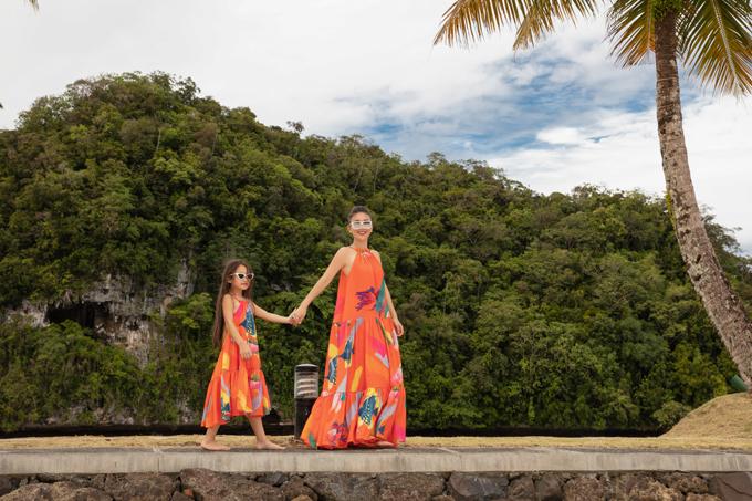 Váy cam maxi hở vai họa tiết chú cá giúp phái đẹp giải phóng hình thể khi đi nghỉ dưỡng, du lịch ở miền biển đẹp.