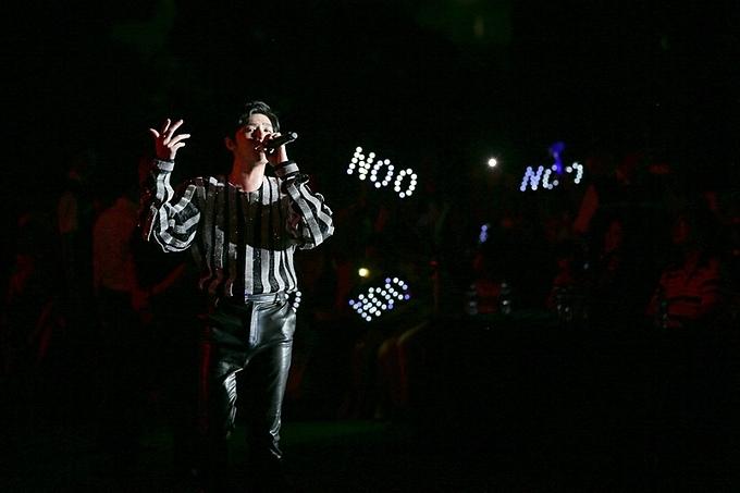 Ngoài Sơn Tùng M-TP, đêm nhạc còn có sự góp mặt của nhiều ca sĩ khác, trong đó có Noo Phước Thịnh. Hàng nghìn ánh đèn flash được bật sáng khi nam ca sĩ thể hiện ca khúc Thương em là điều không thể ngờ.