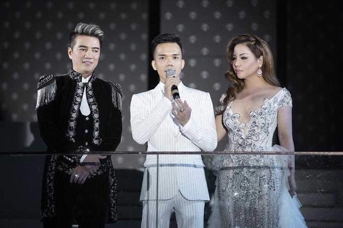 Nhà thiết kế Tuấn Trần (giữa) gửi lời cám ơn ca sĩ Đàm Vĩnh Hưng và Minh Tuyết dành thời gian ủng hộ show diễn của anh.