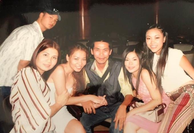 Bức ảnh có ca sĩ Đoan Trang (ngoài cùng bên phải), đạo diễn Việt Thanh (ở giữa, áo đen), ca sĩ Thu Minh (bên trái Việt Thanh) và ca sĩ Đức Tuấn (ngoài cùng bên trái).
