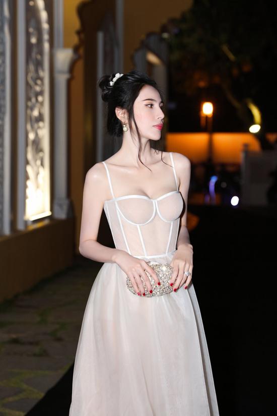 Trang phục kết hợp chất liệu tơ lụa của nhà thiết kế Trần Hùng giúp Thủy Tiên vừa sexy vừa có được nét bay bổng, nhẹ nhàng khi đi tiệc.