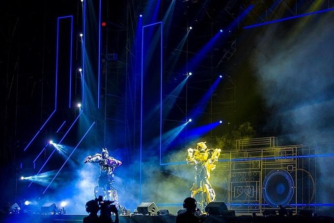 Bên cạnh sự xuất hiện của dàn nghệ sĩ nổi tiếng, đạo diễn Việt Tú gây bất ngờ cho người xem với màn biểu diễn kết hợp hiệu ứng âm thanh - ánh sáng - công nghệ hiện đại của anh em nhà Robot cao 3 mét trên sân khấu.