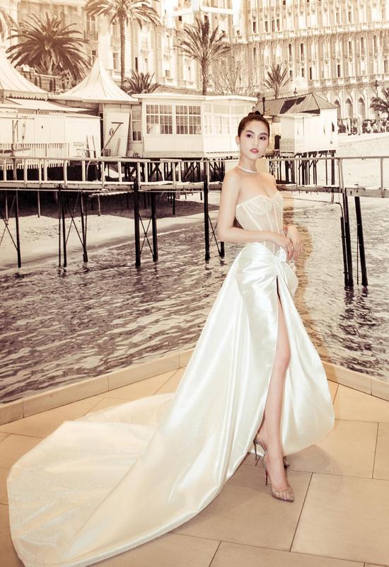 Đầm dạ hội được sáng tạo dựa trên vẻ đẹp của các mẫu corset được nhiều mỹ nhân Việt yêu thích. Trong đó, Ngọc Trinh là một trong những ngôi sao cập nhật nhanh nhạy mốt này. Xuất hiện tại Pháp vào tháng 5, Ngọc Trinh chọn váy Lê Thanh Hòa để gây ấn tượng.