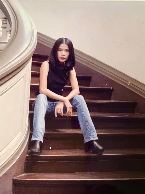 Chị ăn vận sành điệu theo phong cách thời trang lúc bấy giờ, makeup tone trầm và làm tóc đơn giảnđúng xu hướng được lăng xê bởi các bộ phim Hàn Quốc thập niên 90.