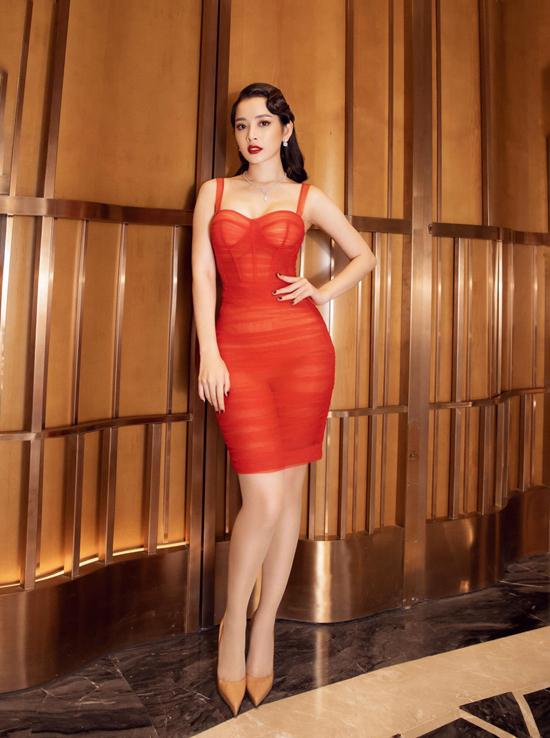 Ca sĩ Chi Pu tôn đường cong gợi cảm trong mẫu váy corset tông cam, xây dựng trên chất liệu voan mỏng.